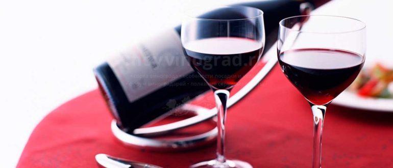 бутылка вина на столе фото